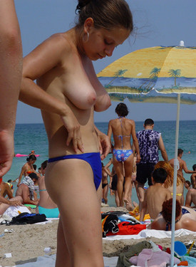 The sexiest candid beach asses in bikinis