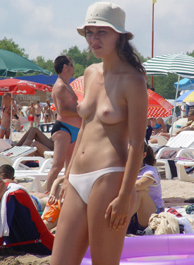 Exciting candid topless babes in bikinis at the beach
