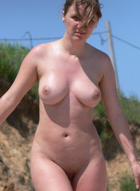 Busty candid girl nude at the beach